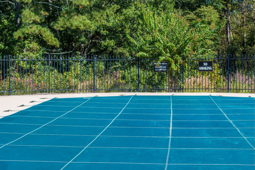 pulizia e conservazione invernale della copertura per piscine